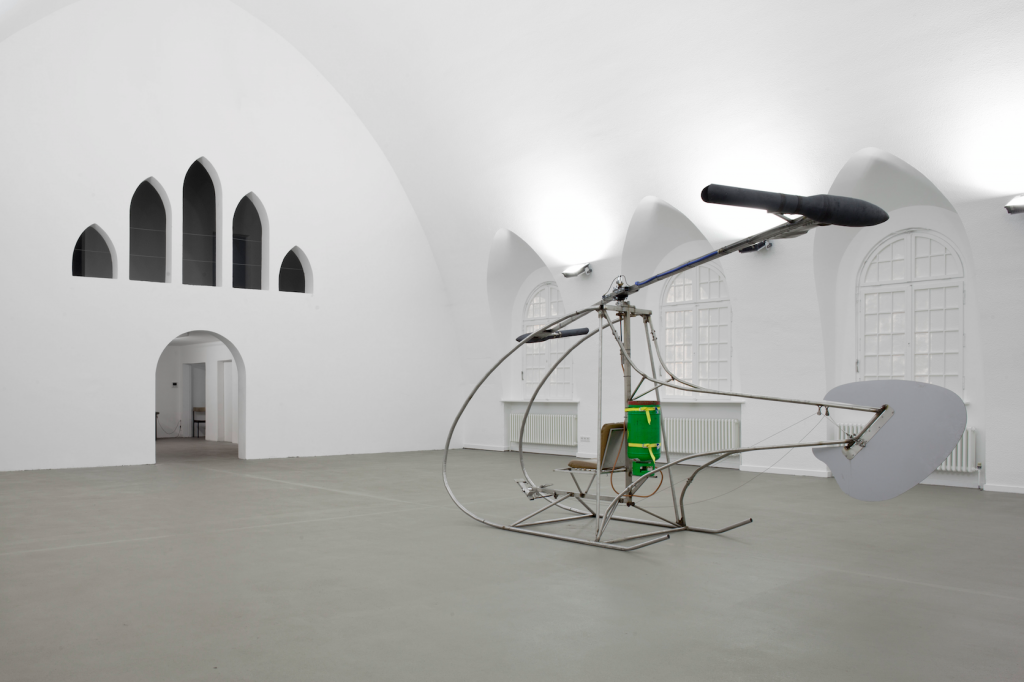 """HUI-Hubschrauber,"" 2006, Gluhareff-jets, stainless steel frame, various mechanics, propane gas bottle, 235 x 150 cm x 620 cm. Courtesy of the artist and Galerie Patrick Ebensperger. Photograph by Ludger Paffrath."