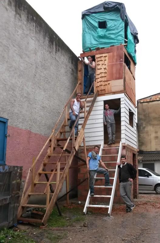 Torre (Tower), 2011-2013, mixed media, 600x200x800. Courtesy of Galeria 80m2 Livia Benavides, Lima, Peru.