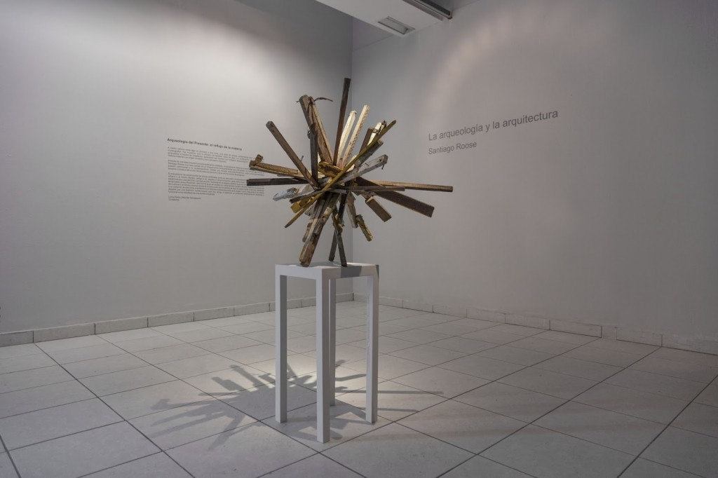 Asterisco (Asterisk), 2012, wood, dimensions variable. Courtesy of Galeria 80m2 Livia Benavides, Lima, Peru.