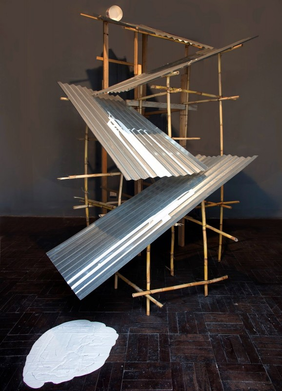 Prototipo de accidente (Accident prototype), 2013, 360 x 420 x 350 cm, wood, cane, corrugated roofing sheets, paint. Courtesy of Galeria 80m2 Livia Benavides, Lima, Peru.