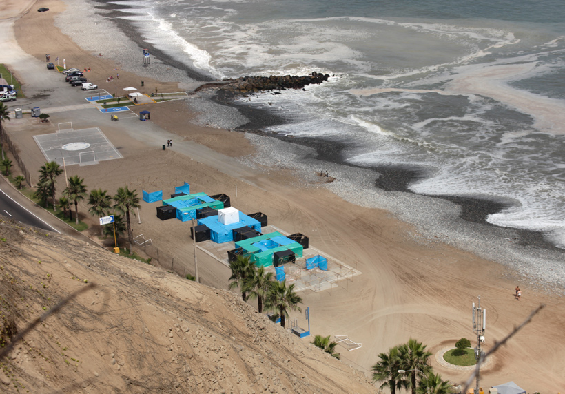 Colonia litoral 1 & 2, (Coast Colony), intervention on a public beach in Lima, 2013. Courtesy of the artist and Galeria 80m2 Livia Benavides, Lima, Peru.