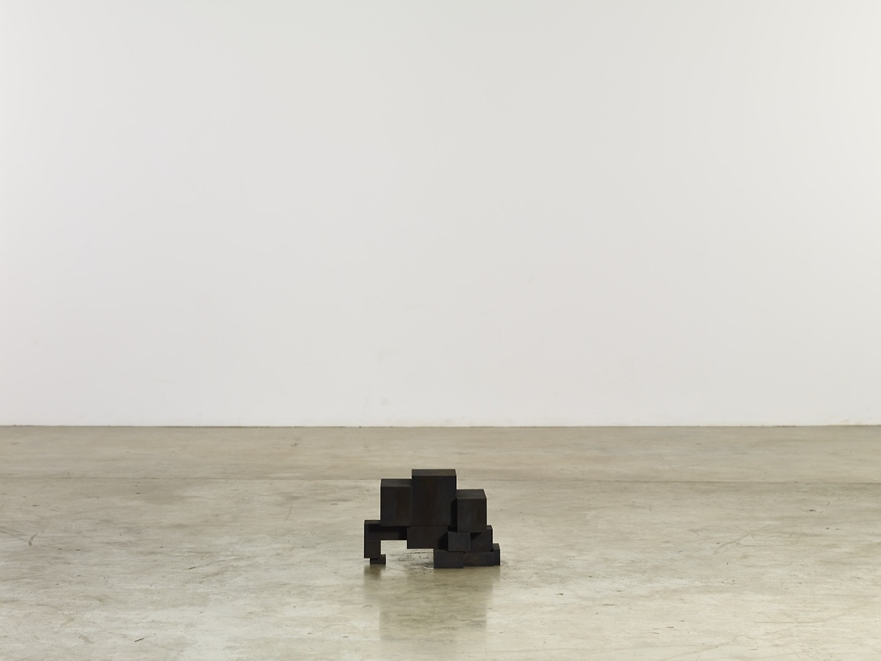 SMALL STOP, 2013. Cast iron, 26.5 x 23 x 40 centimeters. Courtesy of Galerie Thaddaeus Ropac.