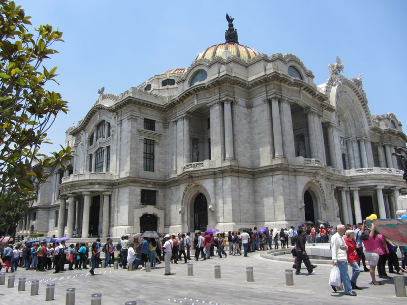 Line in front of Bellas Artes. People would arrive as early as 6 am to begin to stand in line for 3 or more hours to buy tickets, thereby forcing the Museum to contract Ticketmaster to handle the demand. Photo credit: Kimberlee Córdova
