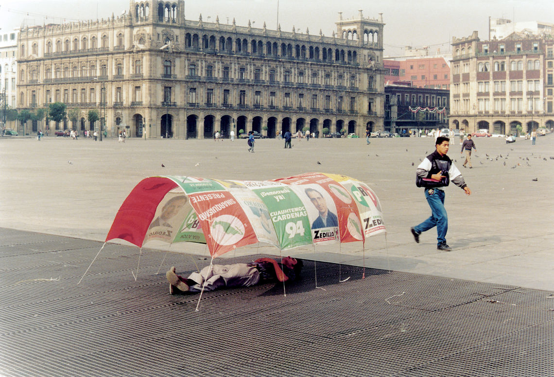 Francis Alÿs, Vivienda para todos (Housing for All), 1994. Photographic documentation of an action. Courtesy of the artist and Moore College of Art & Design.