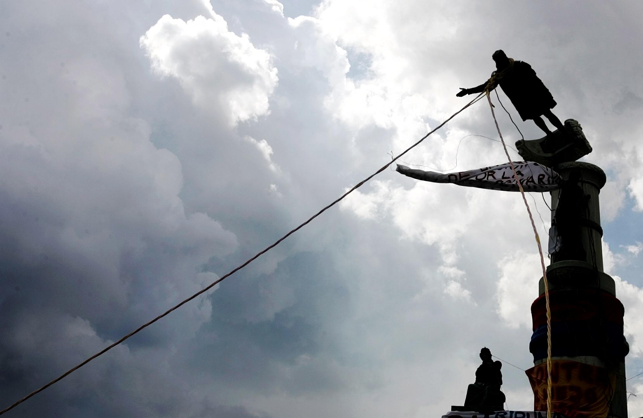Venezuelan demonstrators topple Columbus Statue, 2004. Courtesy of the Internet.