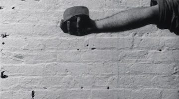 Richard Serra, Hand Catching Lead, 1968. (Still), 3 min., b/w, silent, 16 mm transferred to DVD © 2016 Richard Serra / Artists Rights Society (ARS), New York Courtesy The Circulating Film & Video Library, The Museum of Modern Art, New York