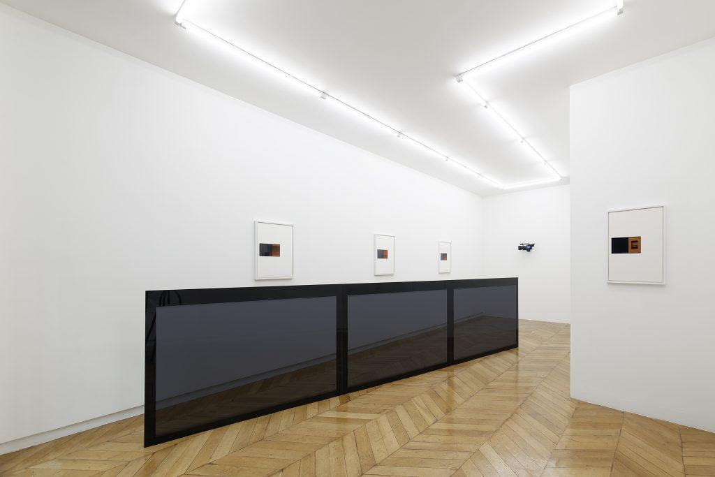 Colin Snapp, Delta, 2016. Charter bus windows, tint, and powder coated steel, 456 x 111 x 5.5 cm. Photo: Aurélien Mole. Courtesy the artist and Galerie Allen, Paris