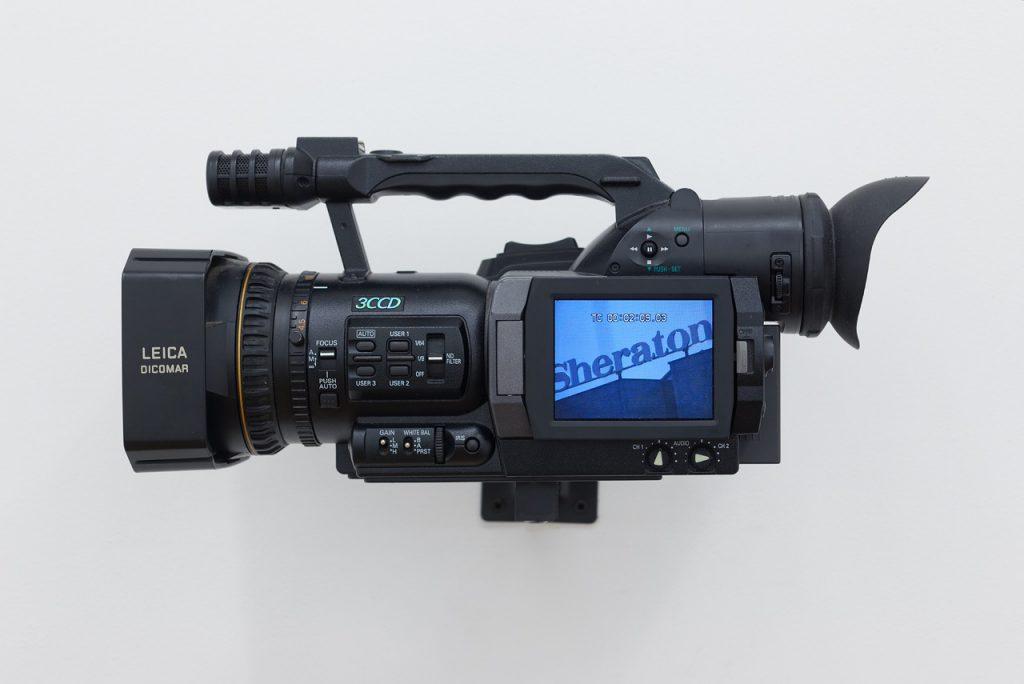 Colin Snapp, Sheraton, 2016. Video and digital video camera, 19 x 37 x 22 cm / duration 60 mins. Photo: Aurélien Mole. Courtesy the artist and Galerie Allen, Paris